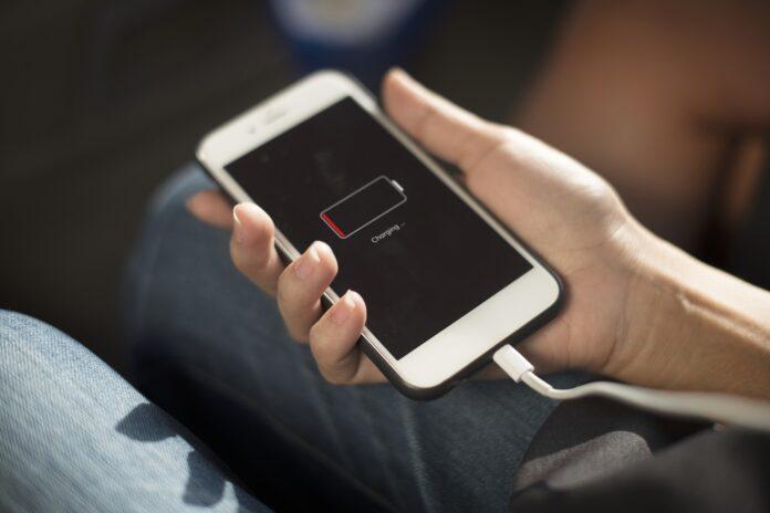 """Den första iPhonen lanserades på marknaden den 29 juni 2007 och har genomgått en radikal transformation sedan dess. Ungefär fem månader efter att nyheten om dess lansering tillkännagetts ställde sig Apples dåvarande VD, den numera ikonförklarade Steve Jobs, inför en fullsatt publik för att introducera den nya smartphonen för världen. Då kallades iPhonen ibland för Iphone 2G och lyckades snabbt bli hypad och upphöjd till en produkt som den breda massan suktade efter. Detta trots att smarttelefonen och funktionen med pekskärmar inte var nya. Jobs menade att lockelsen med iPhone var att det rörde sig om en revolutionerande och fascinerande produkt som bokstavligen låg fem år före alla andra mobiltelefoner. Dessutom menade han att Apple använt sig av människans bästa pekdon - det vill säga våra fingrar - till max när det gällde utformningen av iPhone för att få till stånd det mest nyskapande användargränssnittet sedan musen. Sedan 2007 har Apple anpassat och ändrat designen på iPhone ett antal gånger. Bland annat har man lämnat metalldesignen bakom sig och gått över till plast för att avslutningsvis flytta till glas i samband med iPhone 4. 2021 är vi vana vid iPhones med 5G och uppgraderade kameror och inväntar nästa stora produktsläpp i form av iPhone 13 som förväntas släppas i höst. I den här artikeln tänkte vi avhandla hur du får din iPhone att hålla länge genom att förbättra- och bibehålla dess prestanda. Uppdateringar är A och O Nuförtiden måste en iPhone tas om hand väl för att kunna bjuda på många av de funktioner som vi förväntar oss. Den genomsnittlige iPhone-användaren vill troligen kunna streama filmer snabbt från mobilen, ta högkvalitativa bilder med bra skärpa och ha bra grafik för att kunna utnyttja nöjen såsom live casinoalternativ online. Detta var otänkbart för några år sedan eftersom man endast fick tillgång till de här typerna av underhållning på landbaserade casinon och telefonen främst användes till """"annat"""". I ljuset av ovanstående är uppdateringar """