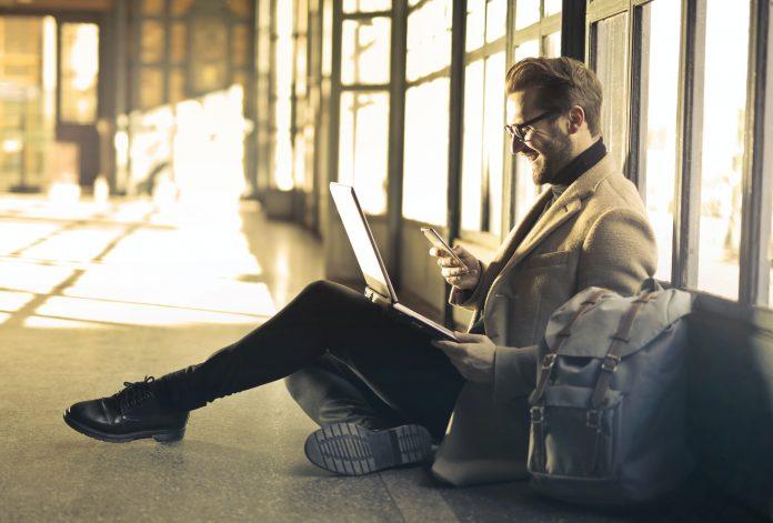 De bästa tipsen för att starta en egen blogg Gillar du internet och sociala medier? Vill du bli en del av kulturen som influerar andra genom sitt skrivande och sina intressanta poster? Alla kan ha olika ambitioner med att driva en blogg, men det viktigaste är att man har en passion och ett intresse för att dela med sig av sitt liv och sin vardag. Vissa bloggar är helt fokuserade på enskilda människor, medan andra bloggar kan ha vissa teman och behandla utvalda ämnen enbart. Det finns alltså lite olika sätt att driva en blogg på. Intresse och relevans Sedan bloggar blev populära har tusentals människor startat upp sina egna, men många av dem lagt ned igen efter blott några månader. Det kanske inte alltid är så motiverande att engagera sig i att skriva bra inlägg som bara en eller två personer läser. Bloggen som fenomen kan idag också kännas ganska utdaterad då snabbare kommunikationsmetoder som Instagram och TikTok fått snabb spridning. Har din blogg relevans och är intressant så är det bra att använda de andra kanalerna som marknadsföring. Du behöver inte begränsa dig till en av dem. Vidare måste du ha ett innehåll som känns spännande att följa. Har du ett äventyrligt liv, ett unikt jobb eller ett stort livsprojekt som intresserar andra människor? Är du riktigt vass på stickning, politisk samtidsanalys eller kryptovaluta kan du skapa unika bloggar och portaler om just dessa ämnen. Djurcentrum.se är ett bra exempel på en sajt som samlar hundratals djurintresserade personer regelbundet. Gör något unikt Även om det redan finns tusentals sajter om matlagning eller TV-spel kan du självklart lyckas slå dig in på dessa marknader även om konkurrensen är tuffare. Är det just dessa populära ämnen som lockar dig krävs det dock att du hittar din egen vinkling av dessa teman. Du måste hitta något som gör dig unik i jämförelse med de många andra bloggare och vloggare som också skriver om just matlagning eller TV-spel. Därför är det bra att gräva lite i marknaden mer djupare. Elho